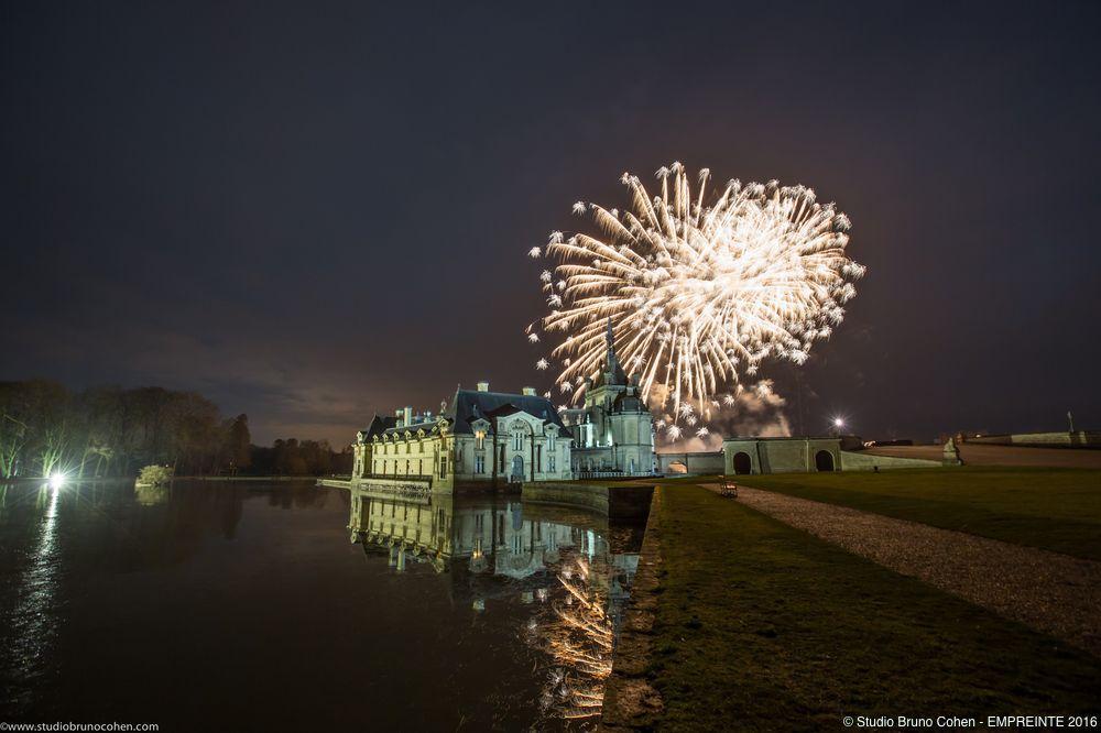 chateau de chantilly avec des feus d'artifice