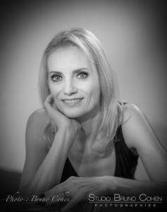 photo-studio-corporate-ambiance-noir-et-blanc-eclairage-portrait