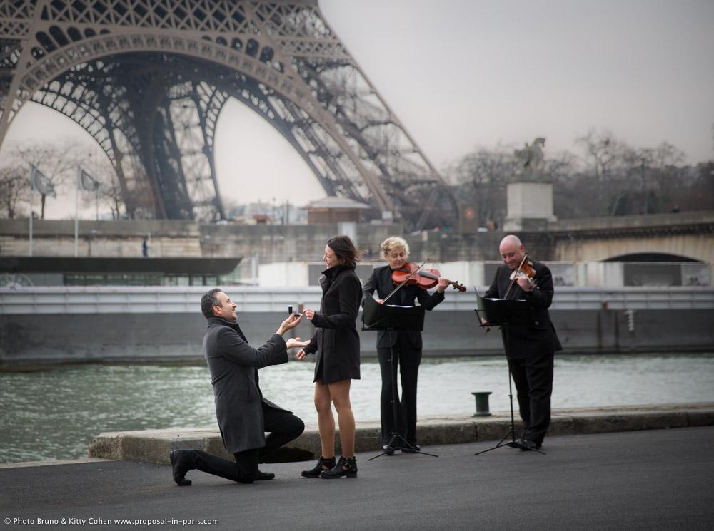 demande en mariage à Paris devant la tour Eiffel avec deux violonistes en hiver par temps gris