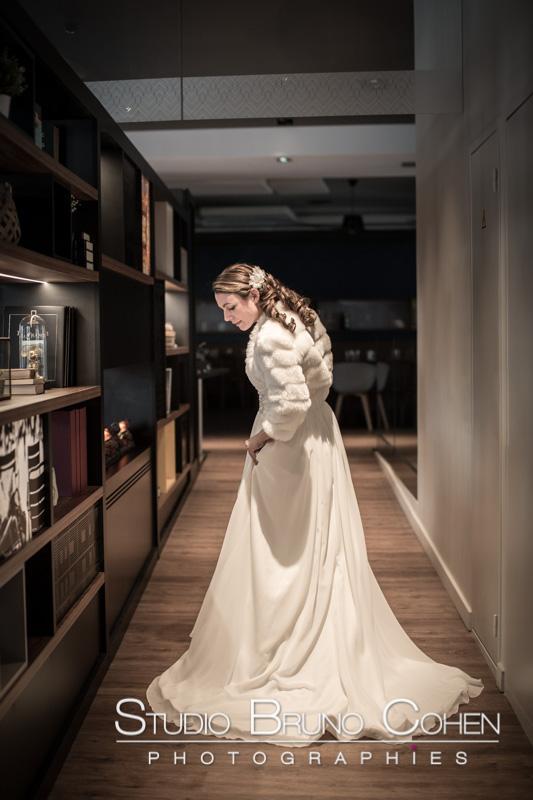 mariee marche dans l'hotel retrouve son mari