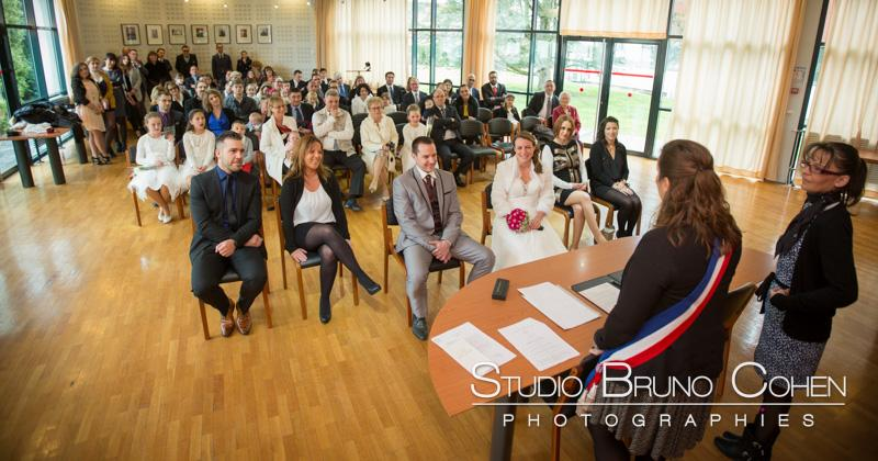 ceremonie civile avec les maries et les invites