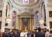 mariage-chantilly-eglise-couple-maries-pretre