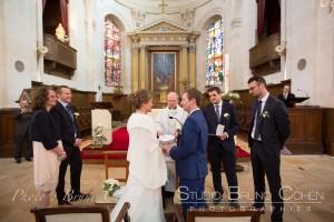mariage-chantilly-eglise-couple-maries-pretre