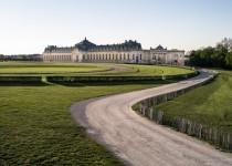 grandes-ecuries-chantilly-soleil-couchant-chateau