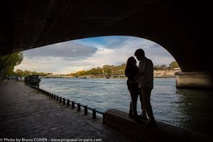proposal-in-paris-engagement-photographer-bridge
