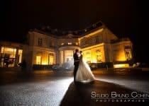 mariés de nuit en contre jour devant le chateau-hotel tiara montroyal chantilly