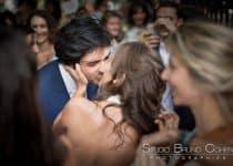 mariage-hotel-de-ville-baiser-couple-maries