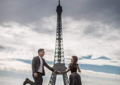 proposal-couple-foreign-eiffel-tower-paris