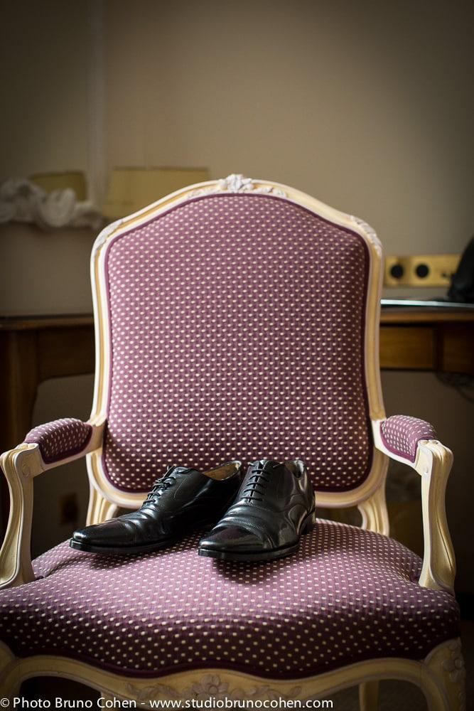 chaussure du marie sur un fauteuil