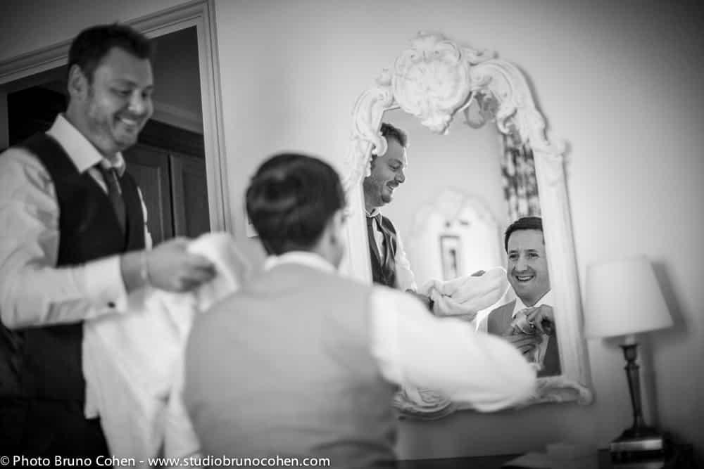 marie devant un miroir avec son temoin