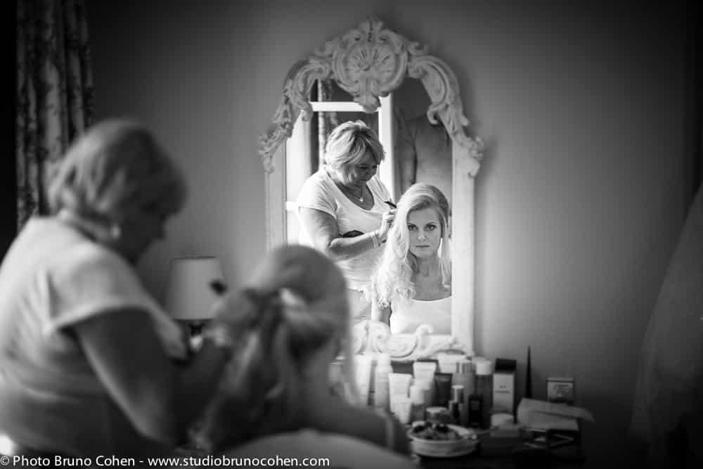 mariee devant son miroir avec sa coiffeuse