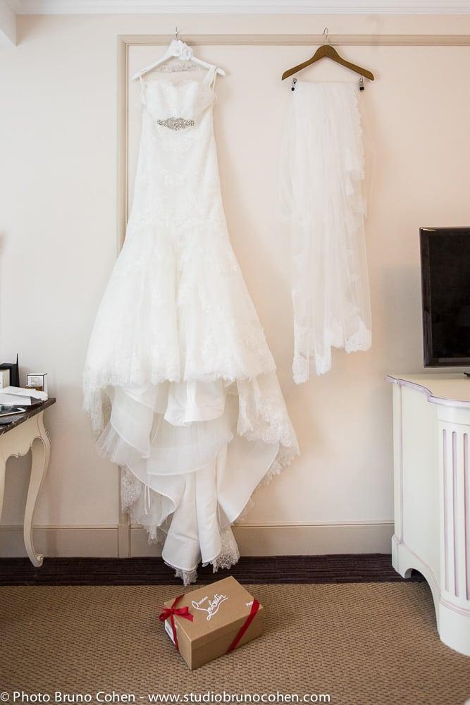 robe de la mariee sur un cintre