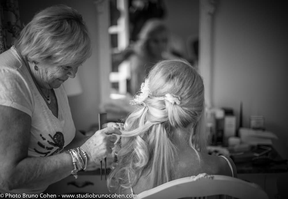 mariee se fait coiffer par sa coiffeuse