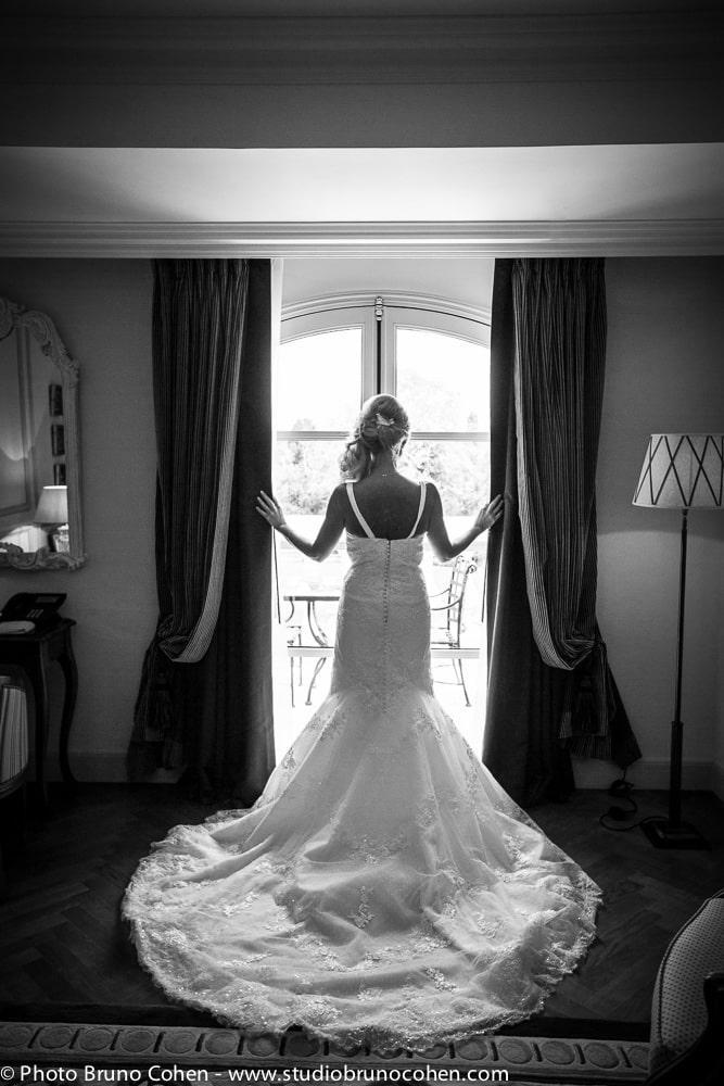 mariee devant la fenetre de sa chambre