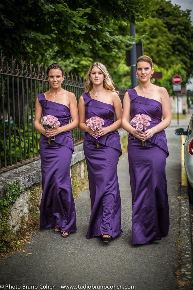 demoiselles d'honneurs marchent vers l'eglise