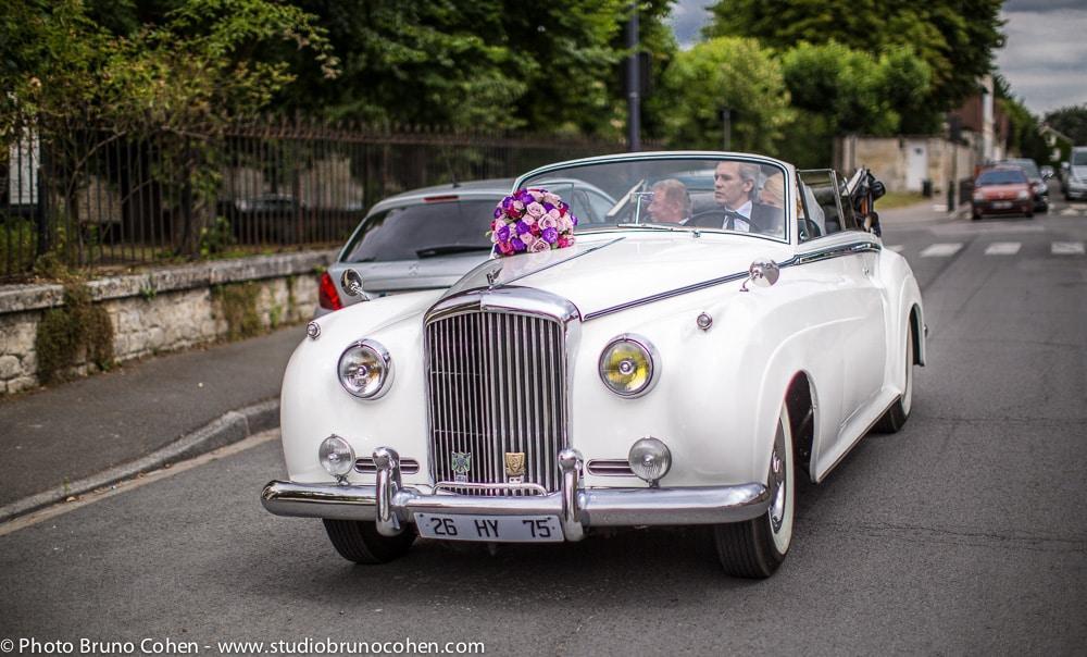 mariee arrive dans sa voiture