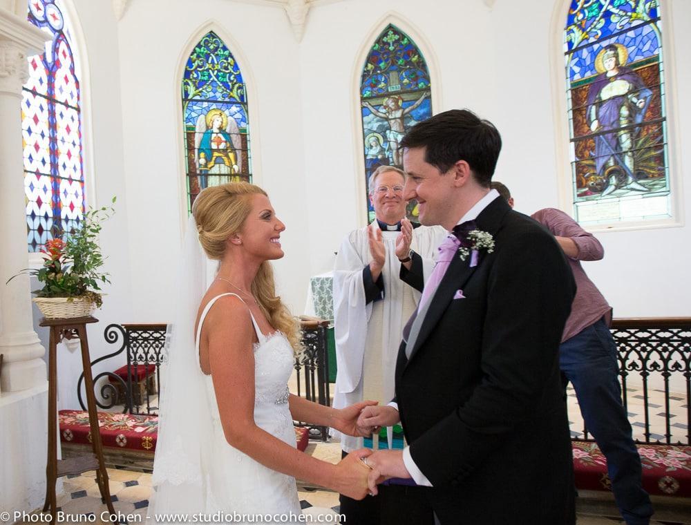 maries mains dans la mains pendant la ceremonie
