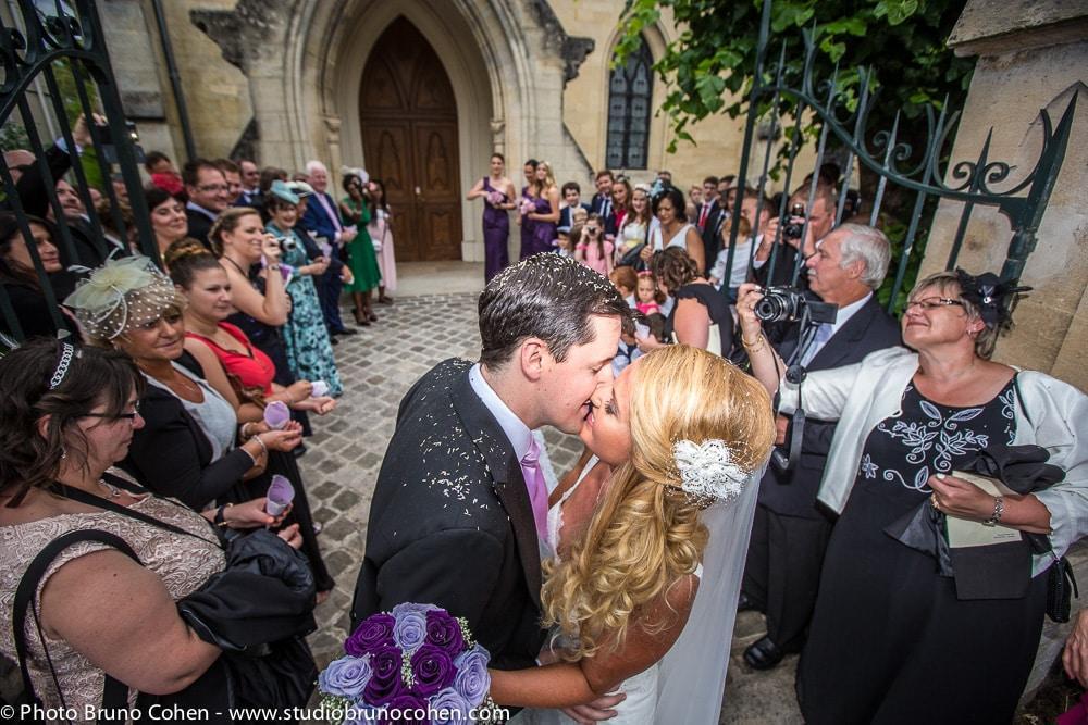 maries s'embrassent a la sortie de l'eglise devant leurs invites