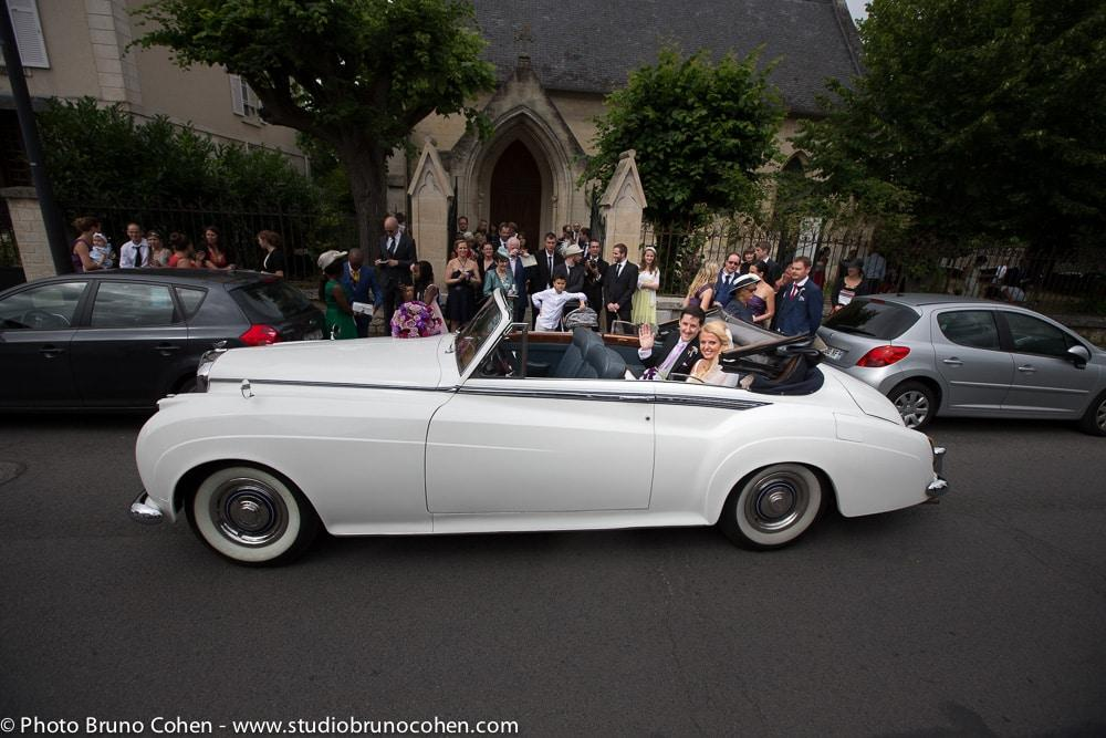 maries dans la voiture devant l'eglise