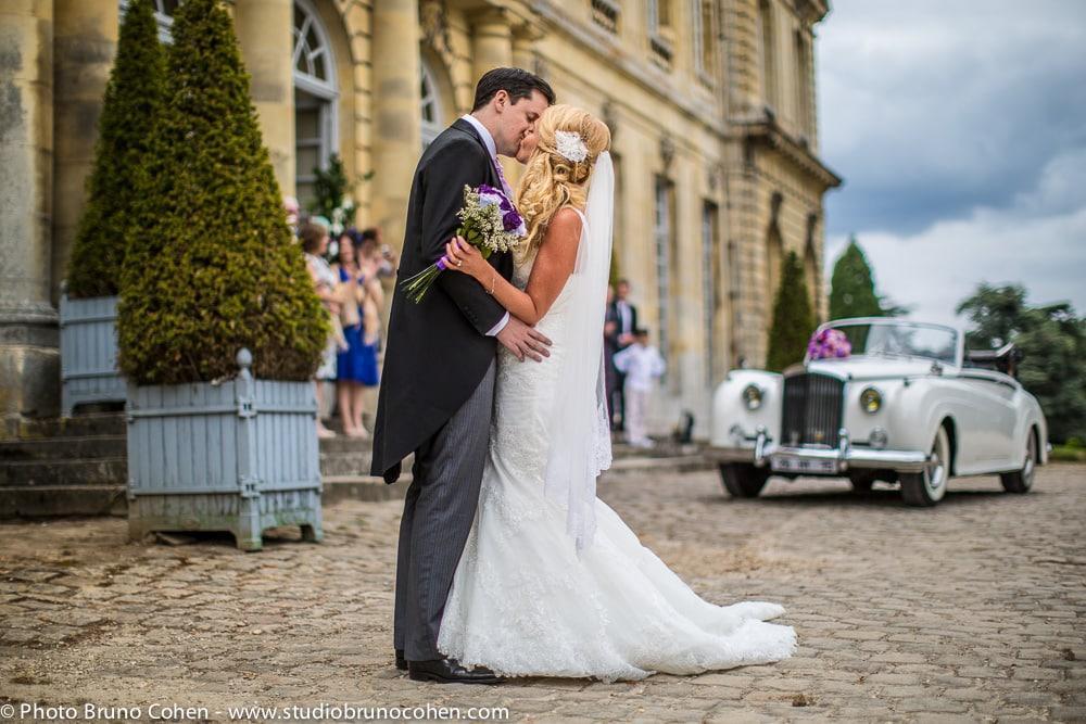 maries s'embrassent devant le chateau de champlatreux