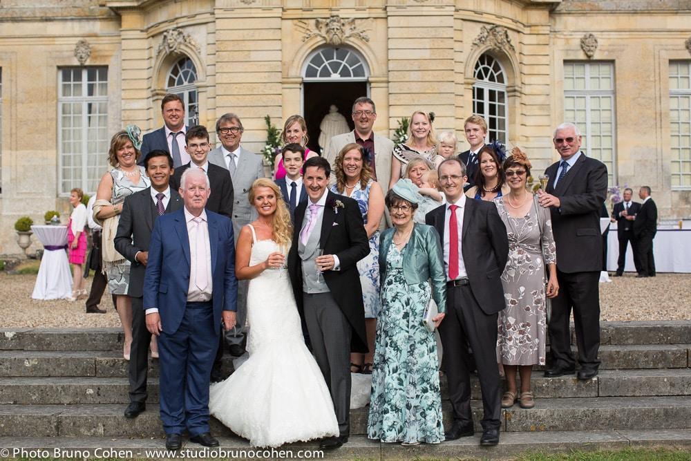 groupes des maries avec les invites devant le chateau de champlatreux