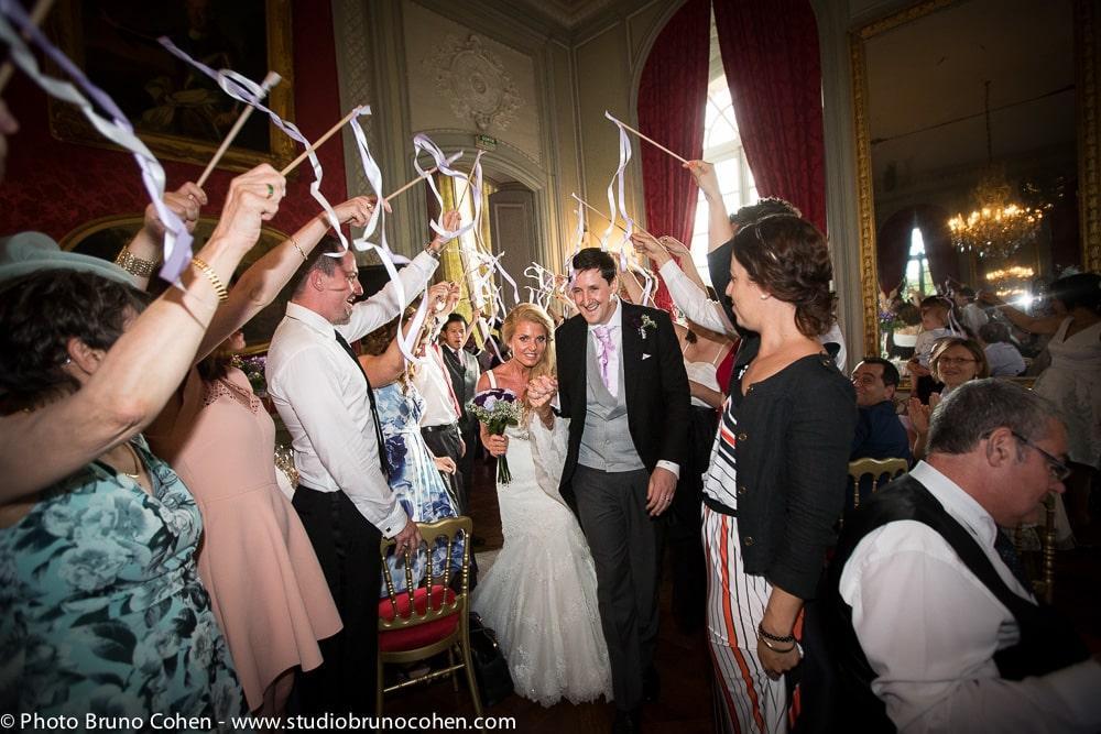 maries passent sous les rubans des invites