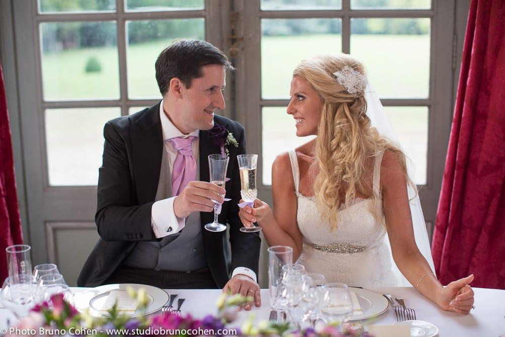 maries trinquent en se regardant droit dans les yeux
