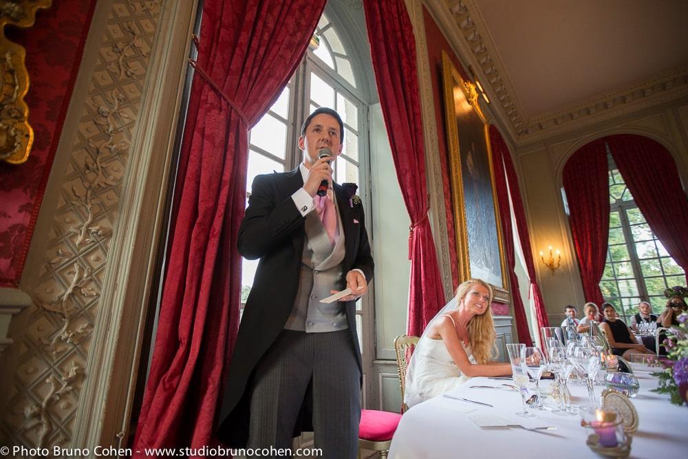 marie fait un discours devant ses invites
