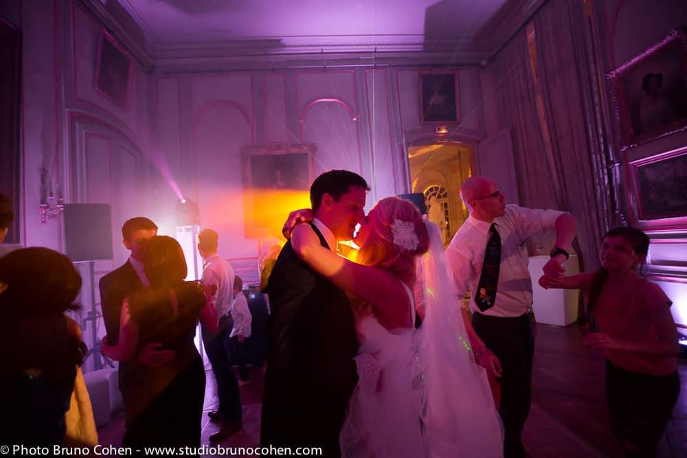 maries dansent au milieu des invites