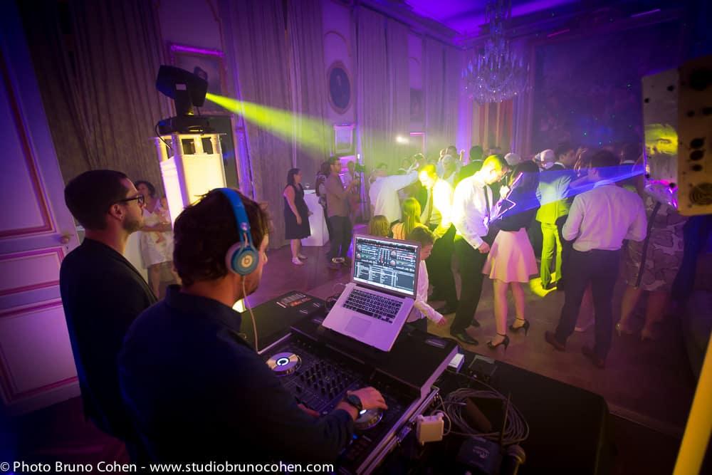 dj met l'ambiance et les invites dansent