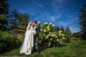 mariage-new-york-couple-maries-jardin-botanique-baiser