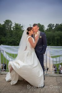 mariage-hotel-mercure-chantilly-couple-balcon