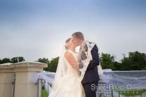 mariage-hotel-mercure-chantilly-couple-baiser-balcon