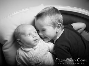 seance-photo-famille-bebe-parents-studio-senlis-oise-enfant-frere