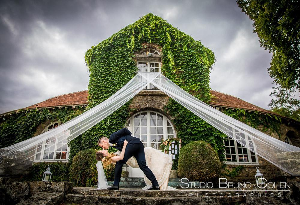 mariés devant la salle des mariage du chateau du vivier fontenay-tresigny