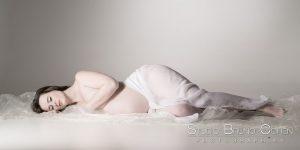 seance-enceinte-et-belle-studio-senlis-femme-ventre-photo-art-portrait
