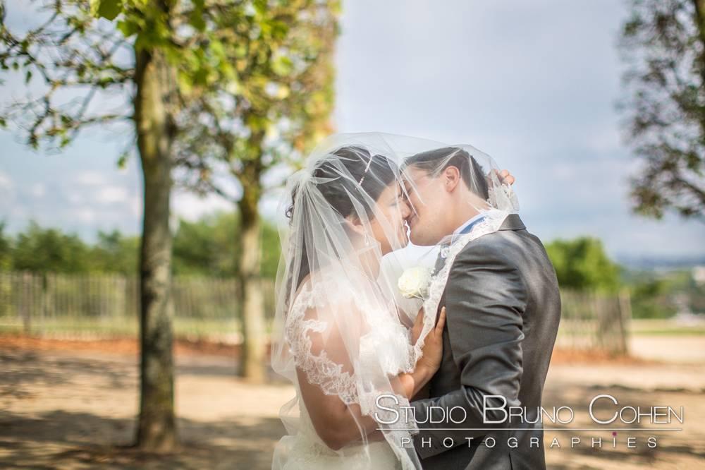 mariage couple qui s'embrasse dans le parc du chateau de saint-germain-en-laye