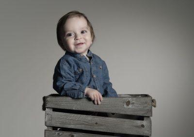 raphael-photo-portrait-enfant-caisse-bois-jouet-studio-sourire