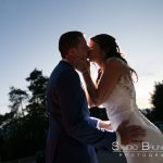 mariage-chatenay-en-france-couple-maries-baiser-retrouvailles