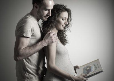 enceinte-seance-senlis-shooting-studio-amoureux-bebe-sourire-livre-histoire