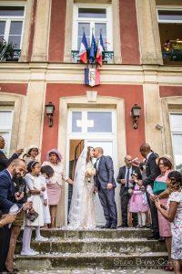 mariage-mairie-vemars-sortie-couple-baiser-invités