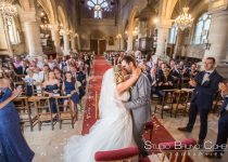 mariage-paroisse-luzarches-couple-baiser-invites-temoins