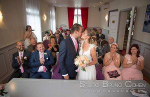 mariage-claye-souilly-prieure-vernelle-temoins-invites-baiser-couple-maries