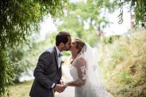 mariage-retrouvaille-bord-de-marne-couple-baiser-mariés