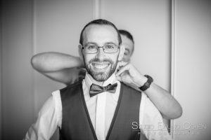 mariage-ferme-du-haut-cramoisy-preparatif-mari-costume-sourire