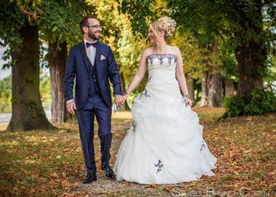 retrouvailles-maries-couple-amour-emotion-surprise-mariage-portraits-feuilles