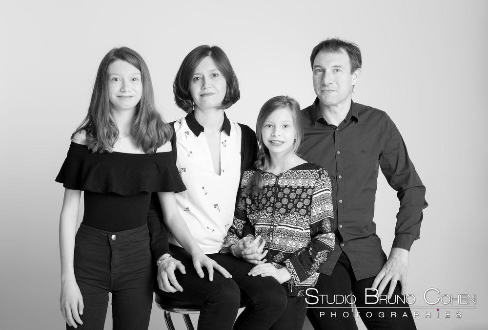 famille-noir-et-blanc-studio-portrait-soeurs-couple-senlis-oise