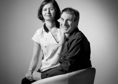 famille-noir-blanc-couple-amour-studio-portrait-photographe-senlis