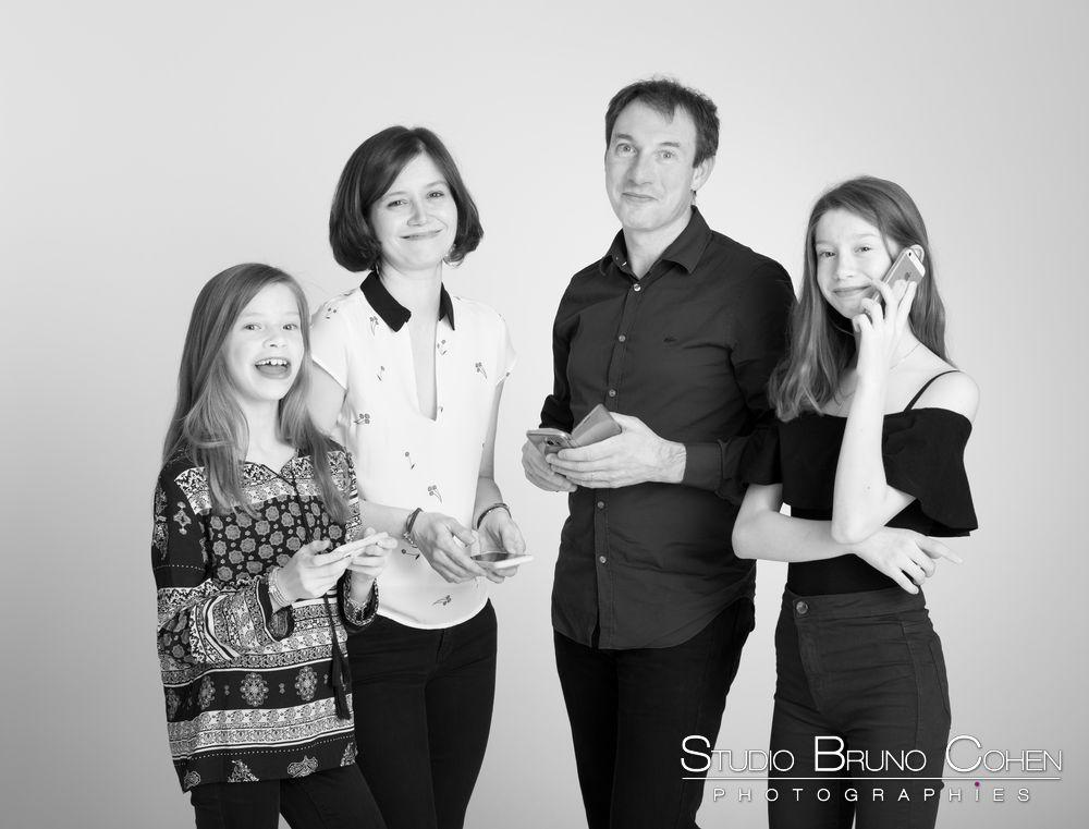 famille-telephone-idee-portrait-noir-blanc-studio-photographe