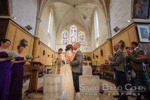 mariage-chateau-verderonne-eglise-borest-couple-mariés-ecosse-kilt-baiser